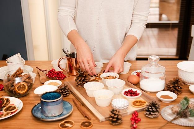 Torta che decora gli ingredienti con le pigne
