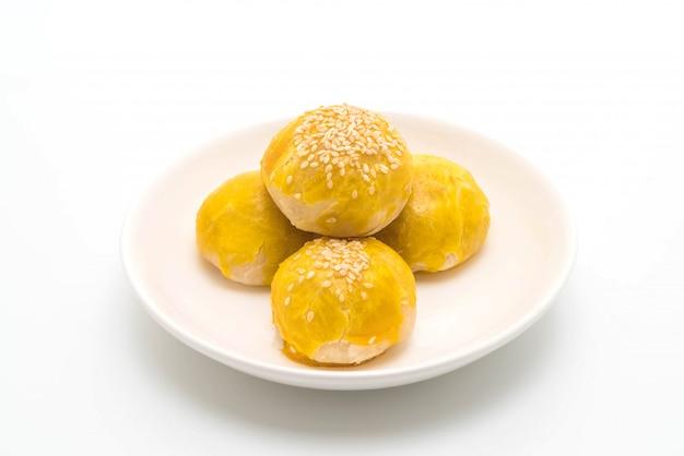 Torta cinese o torta di luna riempita con pasta di fagioli mung e tuorlo d'uovo salato