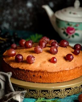 Torta classica decorata con uva rossa