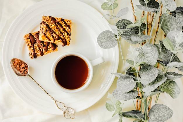 Torta con barrette di muesli, snack sano fatto in casa, barrette superfood con mirtillo, semi di zucca