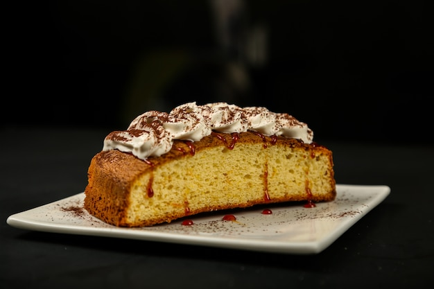 Torta con crema di marmellata di fragole pasta alla cannella