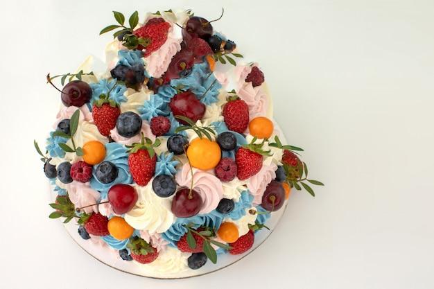 Torta con crema di mascarpone e frutti di bosco freschi