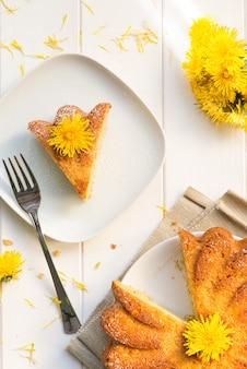 Torta con i fiori di tarassaco
