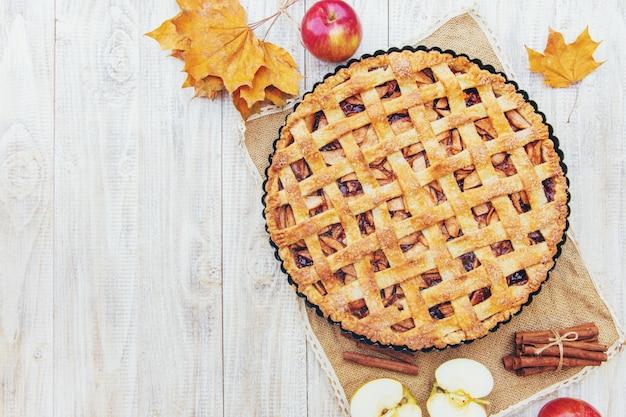 Torta con mele e cannella.