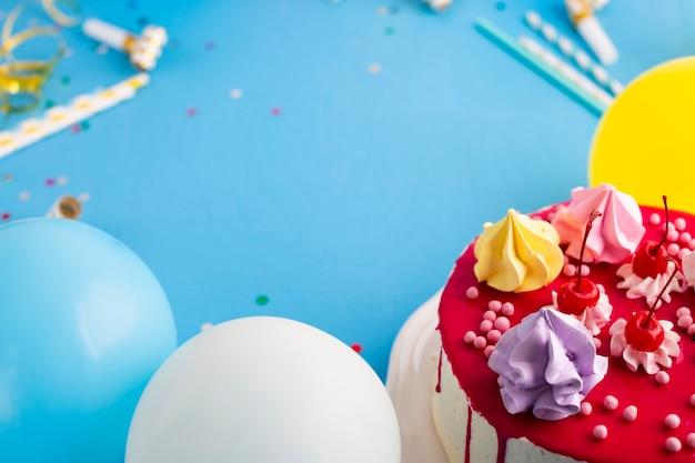 Torta con palloncini e copia spazio