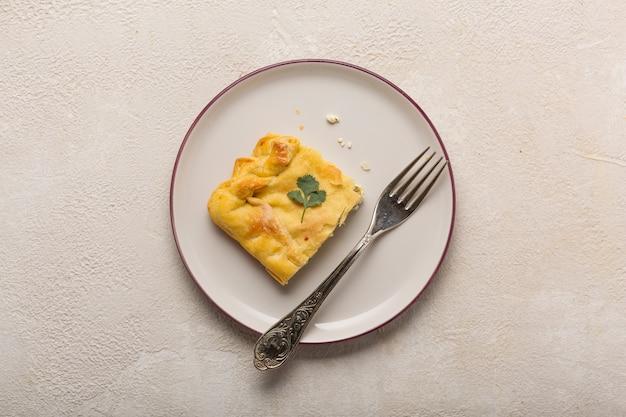 Torta con ripieno vegetariano di ricotta ed erbe. cottura fatta in casa.