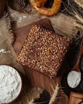 Torta condita con semi di girasole