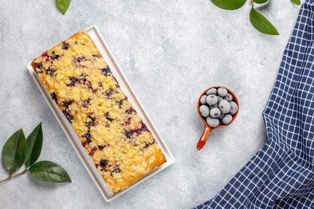Torta crumble ai mirtilli deliziosa fatta in casa con mirtilli congelati