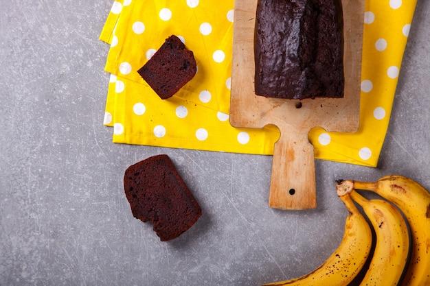 Torta, cupcake con banane e cioccolato. dolci fatti in casa