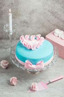 Torta decorata con mastice e rose