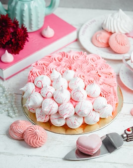 Torta decorata con panna e meringa