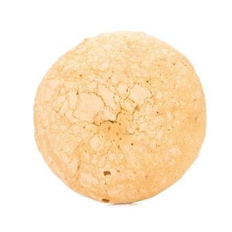 Torta del biscotto di sapore della noce di cocco con materiale da otturazione crema isolato su priorità bassa bianca