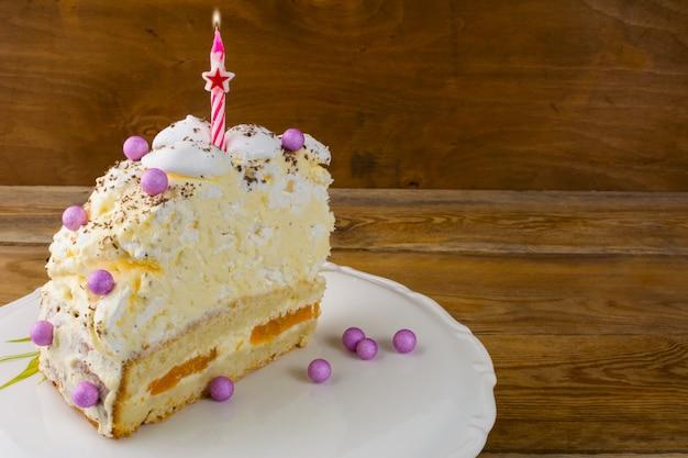 Torta del fondo di compleanno con le candele brucianti