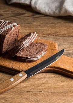 Torta del rotolo di cioccolato affettata angolo alto