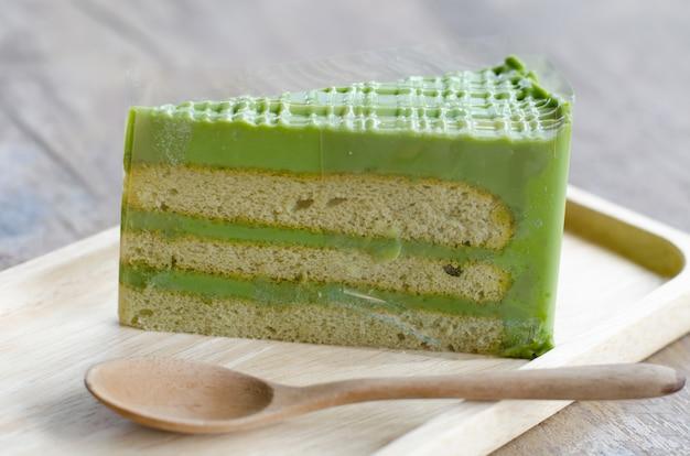 Torta del tè verde sul piatto di legno