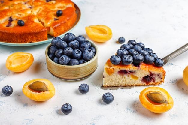 Torta di albicocche e mirtilli con mirtilli freschi e frutti di albicocca
