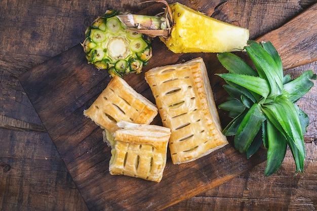 Torta di ananas e frutta di ananas su legno