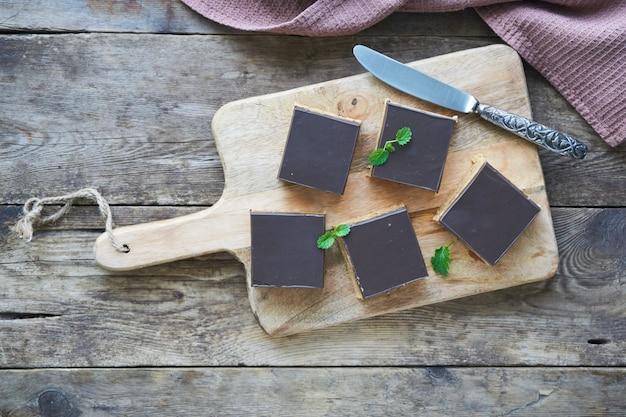 Torta di biscotti, latte condensato, burro e cioccolato