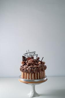Torta di buon compleanno sul tavolo bianco con spazio di copia