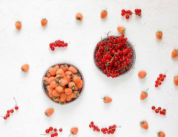 Torta di catrame di bacche estive fatta in casa, bacche diverse, lampone dorato, mora, ribes rosso, lampone e ribes nero, vista dall'alto