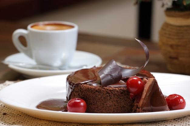Torta di ciliegie al cioccolato con caffè