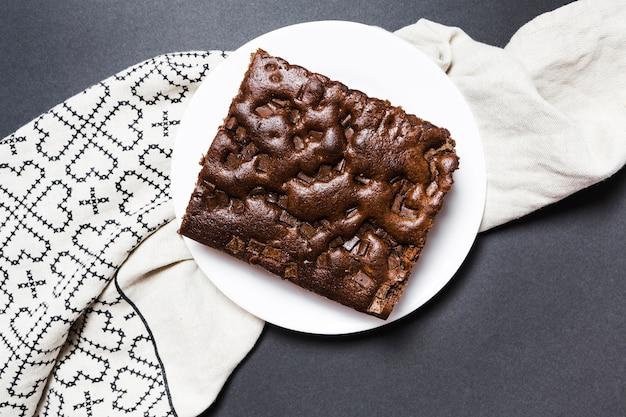 Torta di cioccolato vista dall'alto su un panno