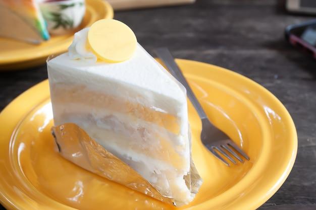 Torta di cocco sul piatto giallo
