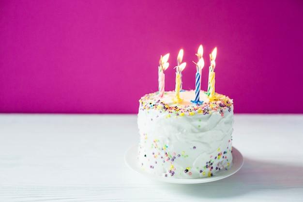 Torta di compleanno casalinga con candele