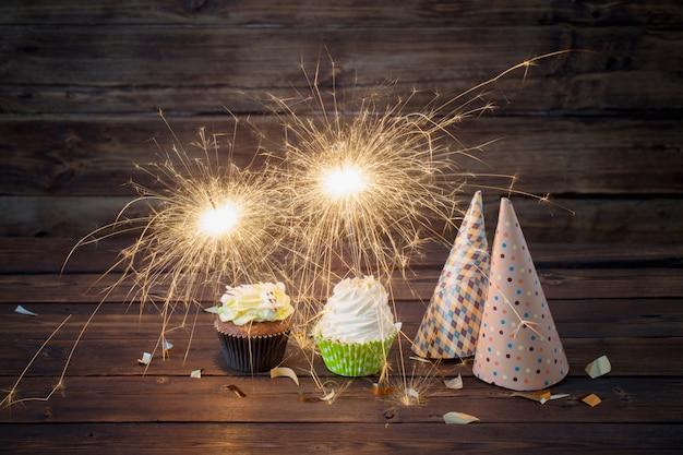 Torta di compleanno con la stella filante sulla vecchia tavola di legno
