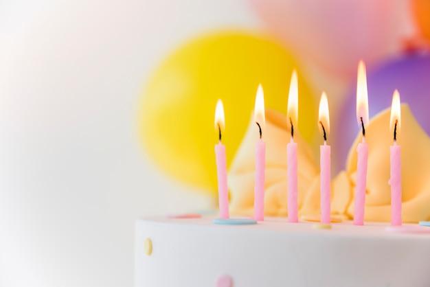 Torta di compleanno con le candele