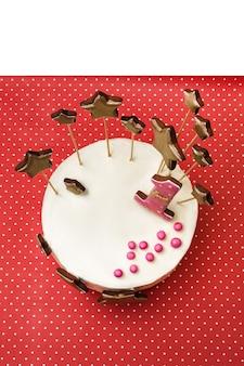 Torta di compleanno con pan di zenzero dorato a forma di stella e numero 1 su pois rosso