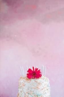 Torta di compleanno davanti alla priorità bassa dell'acquerello