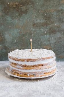 Torta di compleanno decorata con candele