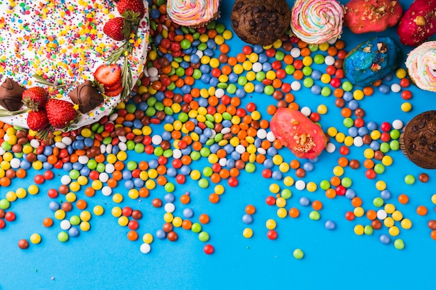 Torta di compleanno di vista superiore con pasticcini