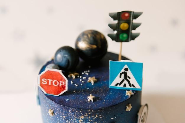 Torta di compleanno per bambini con pianeti e cartelli stradali