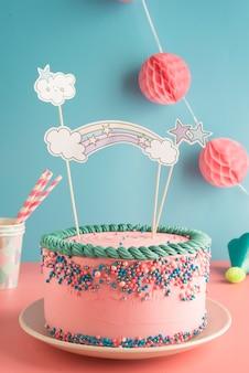 Torta di compleanno per ragazzi e ragazze con bicchieri e cannucce di carta