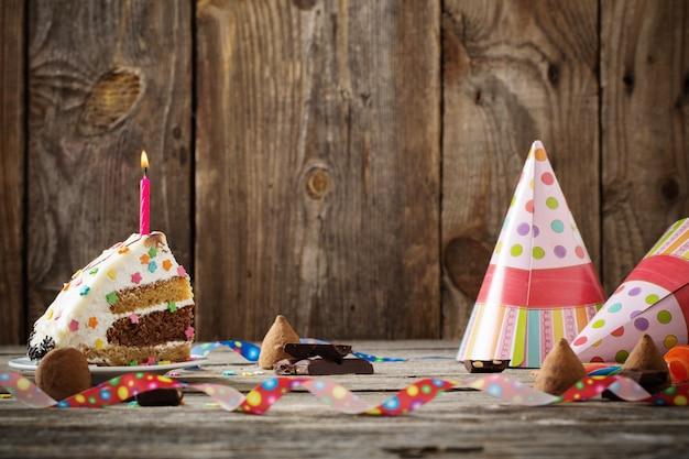 Torta di compleanno su fondo in legno