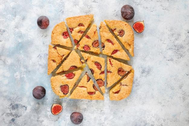 Torta di fichi con fichi freschi sul tavolo di cemento grigio.