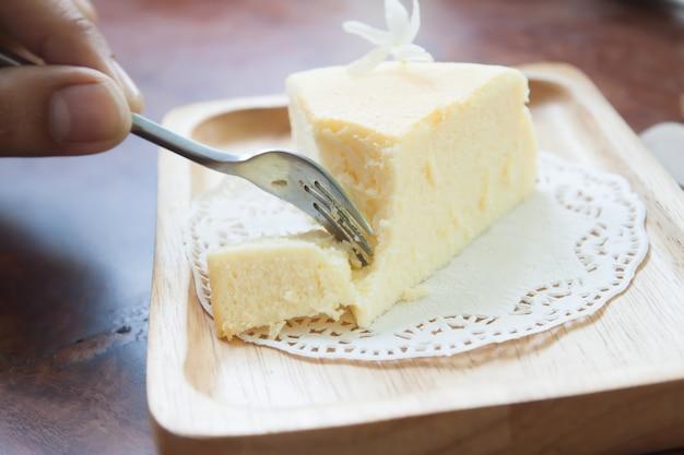 Torta di formaggio giapponese sul piatto di legno nella caffetteria