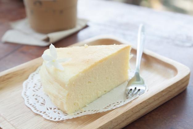 Torta di formaggio giapponese sul piatto di legno