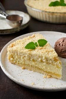 Torta di formaggio grattugiata con mollica e gelato