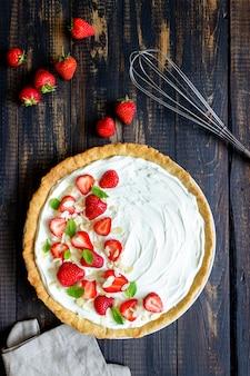 Torta di fragole con mascarpone, mandorle e menta. crostata. cheesecake. torta. cibo vegetariano. ricetta.