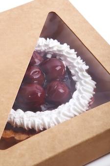 Torta di frutta fresca e gustosa all'interno della scatola