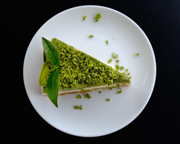 Torta di greentea sul piatto con foglia di tè