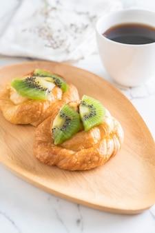 Torta di kiwi sul piatto