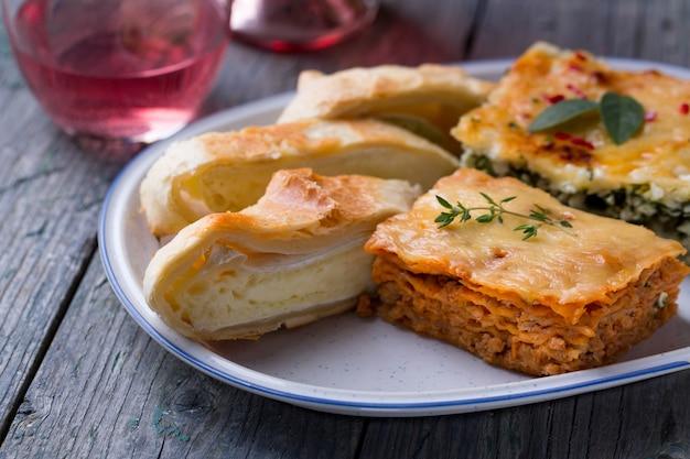 Torta di lasagne e formaggio camembert