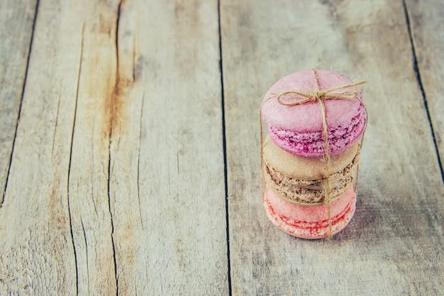 Torta di macarons assortiti per un regalo. messa a fuoco selettiva