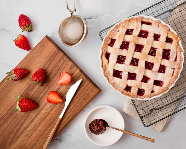 Torta di marmellata di fragole fatta in casa e fette di frutta