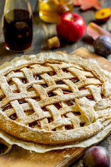 Torta di mele alle prugne. cucinando. ricette. cibo vegetariano.