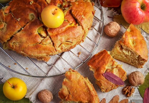Torta di mele autunnale con miele e noci, stile rustico